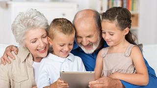 abuelos disfrutando con sus nietos