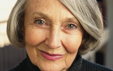 Mujer mayor con pelo gris