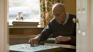 Hombre mayor haciendo un puzzle