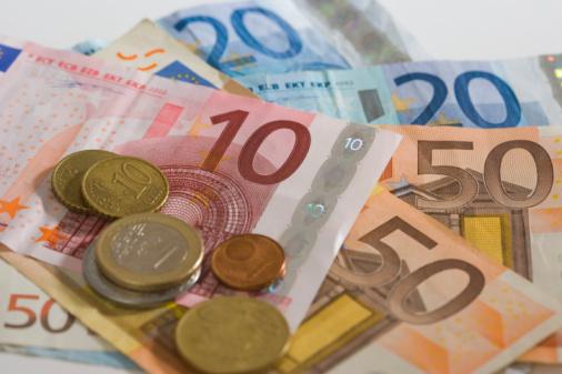 monedas mezcladas con billetes