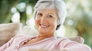Mujer mayor sentada en un sillón