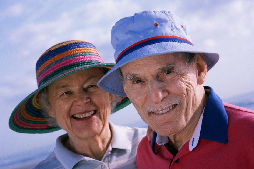 Pareja de personas mayores en la playa