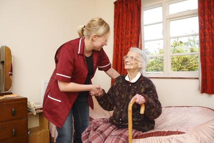 Cuidadora con una mujer mayor