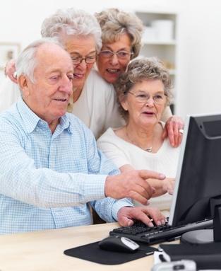 Personas Mayores navegando por internet