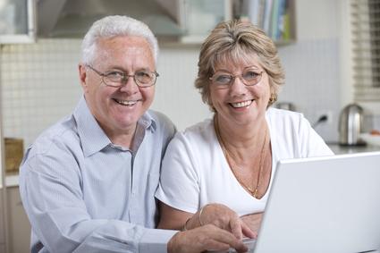 Pareja de mayores con un ordenador