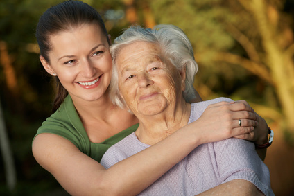 Mujer mayor abrazada por su hija