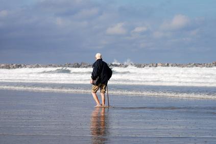 Hombre mayor paseando por la playa