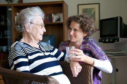 Mujer mayor con su hija cuidándola