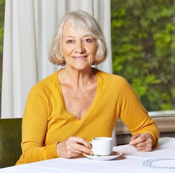 Mujer mayor tomando una taza de café