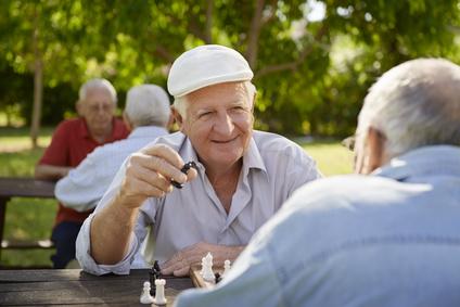 Dos hombres mayores disfrutando del ajedrez en el parque