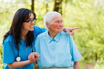 Anciano con una enfermera