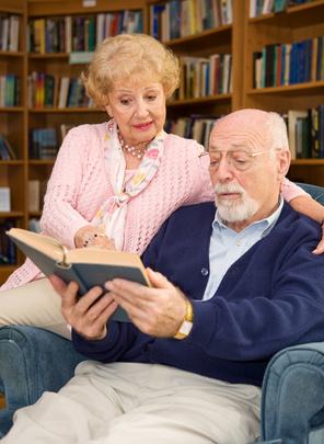 Pareja de personas mayores leyendo