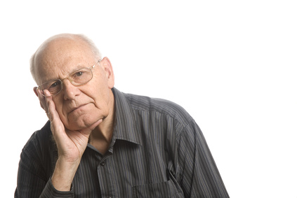 Hombre mayor serio y en soledad