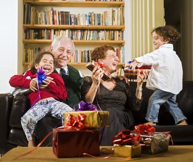 Abuelos jugando con sus nietos