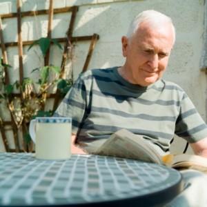 Persona mayor leyendo el periódico