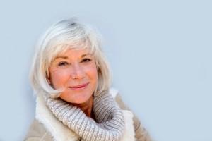 mujer con pelo blanco y bufanda