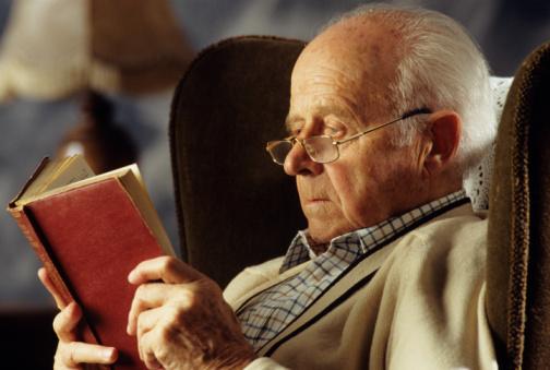 abuelito con gafas y leyendo