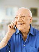 Hombre hablando por móvil