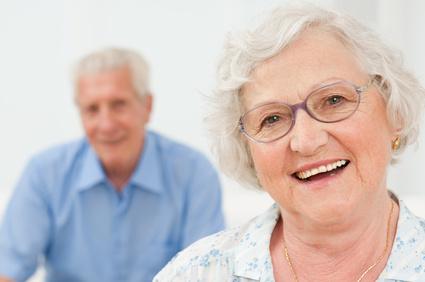 mujer y señor sonriendo