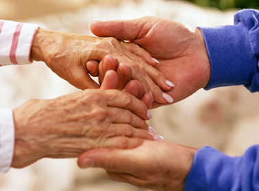 personas mayores ayudándose