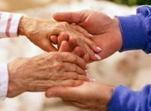 manos de personas mayores unidas