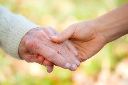 personas mayores unidas de la mano