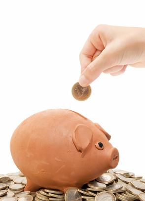 mano echando un euro a la hucha