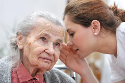 mujer mayor escuchando a su cuidadora