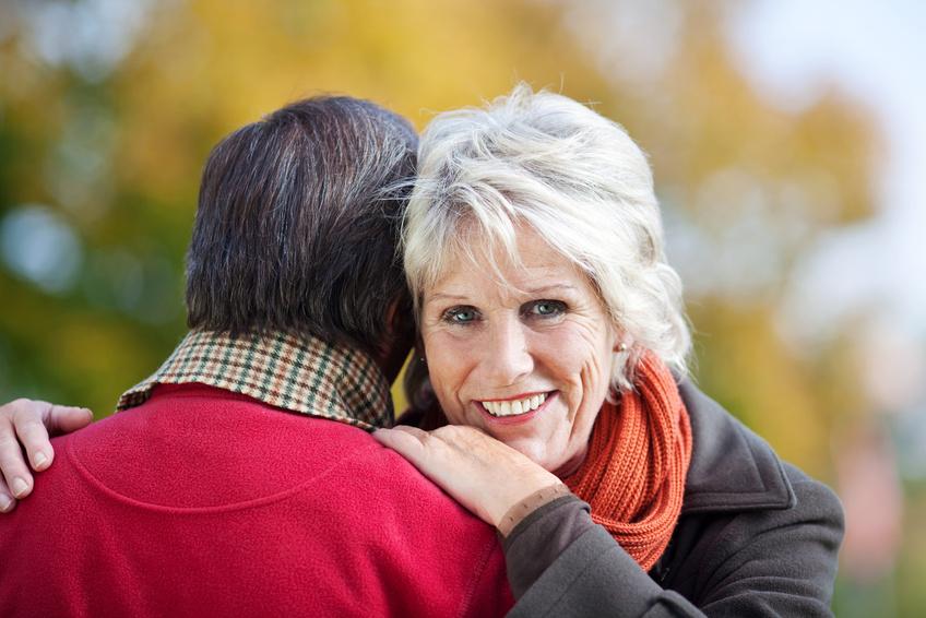 Hombre abrazando a su mujer