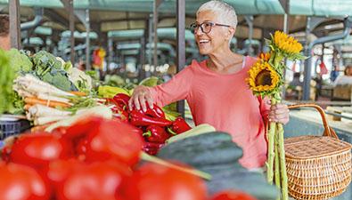 Beneficios frutas y verduras para las personas mayores, grupo retiro