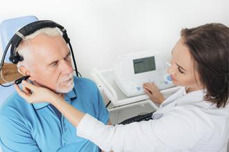 persona-revisión-auditiva