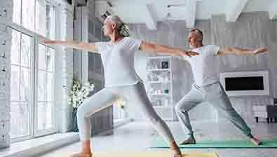 Beneficios del yoga para las personas mayores, grupo retiro