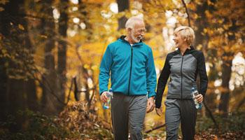 Beneficios de caminar para las personas mayores, grupo retiro